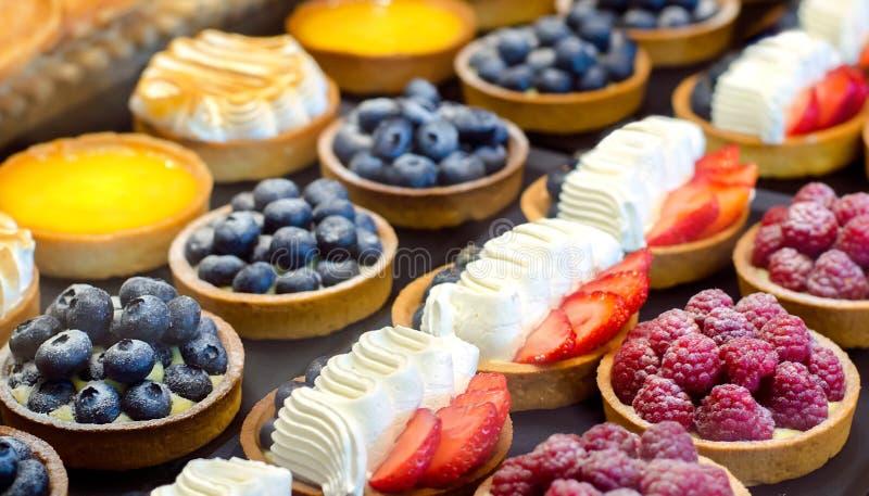 tortowa ciastko śmietanka Tort z jagodami: malinki, czarne jagody, truskawki fotografia stock