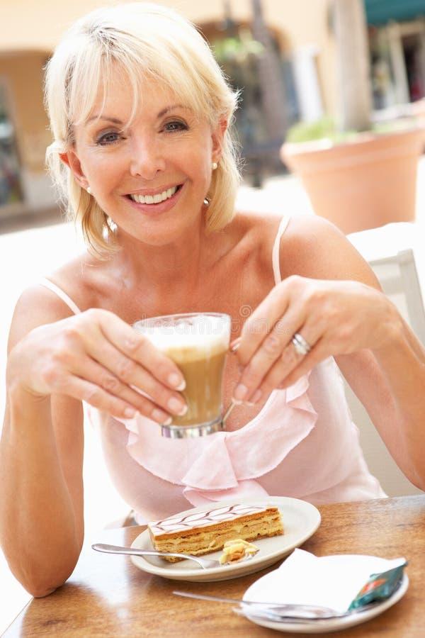 tortowa kawowa target1847_0_ starsza kobieta obraz royalty free