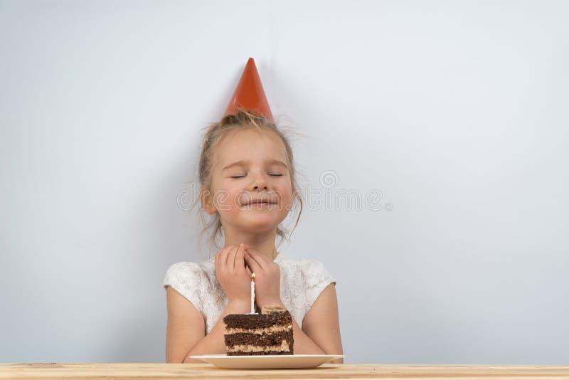 Tortowe świeczki urodzinowe dziecko trzyma tort obrazy royalty free
