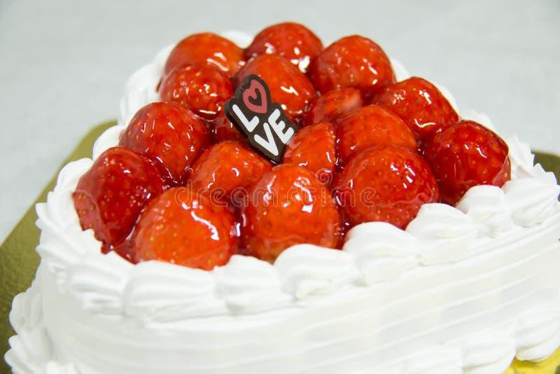 tortowej serowej głębii pola talerza płycizny truskawkowy biel obraz royalty free