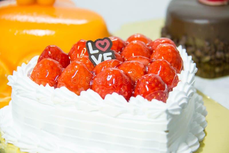 tortowej serowej głębii pola talerza płycizny truskawkowy biel fotografia royalty free