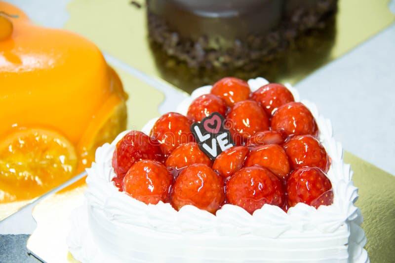 tortowej serowej głębii pola talerza płycizny truskawkowy biel zdjęcia royalty free