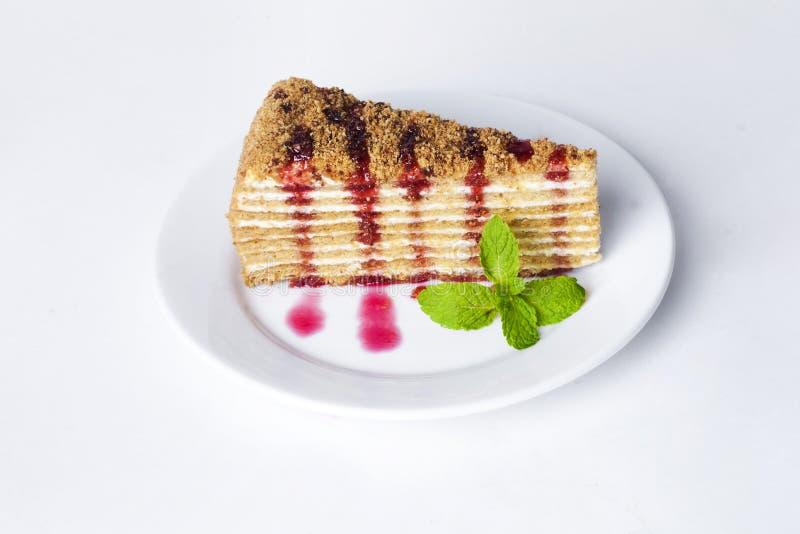 Tortowy miodowy tort na talerzu z nowej i jagodowej owoc kumberlandu bielu malinowym tłem zdjęcia royalty free