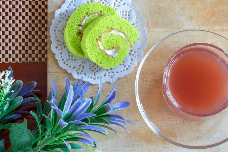 Tortowy rolki i truskawki sok na Drewnianym stole zdjęcie stock
