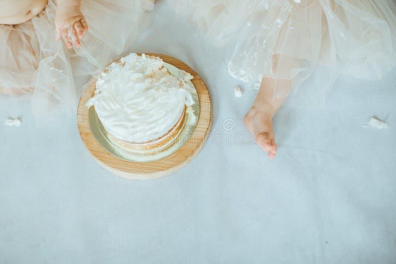 Tortowy roztrzaskanie Dwa małych dziewczynek łasowania tort fotografia stock