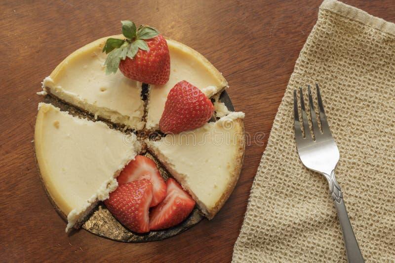 tortowy serowy czereśniowy wyśmienicie deserowy dżemu talerza biel obraz stock