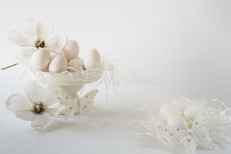 Tortowy stojak z jajkami dla teksta, kwiat, przeciw białemu tłu, przestrzeń fotografia stock