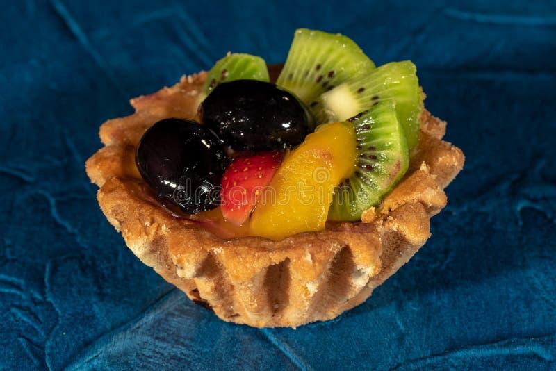 Tortowy Tartlet z owoc Truskawkowa winogrono kiwi brzoskwinia zdjęcie royalty free