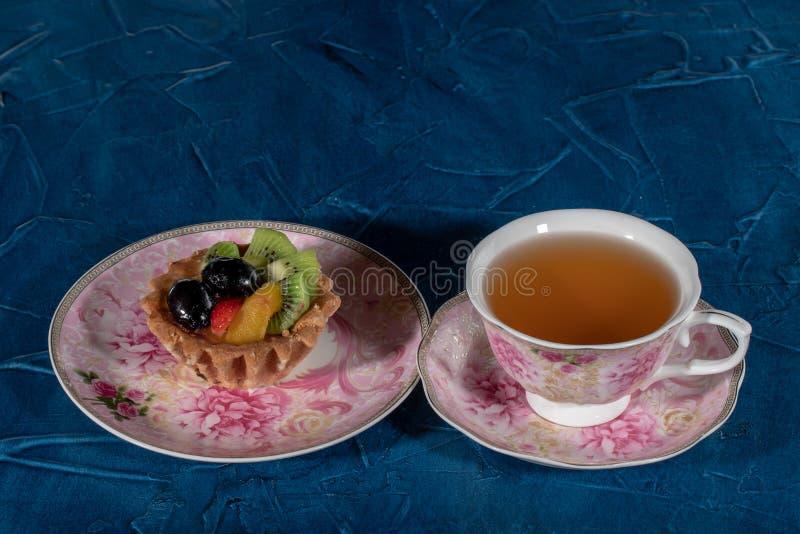 Tortowy Tartlet z owoc Truskawkowa winogrono kiwi brzoskwinia obrazy royalty free