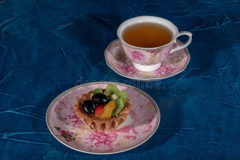 Tortowy Tartlet z owoc Truskawkowa winogrono kiwi brzoskwinia obraz stock