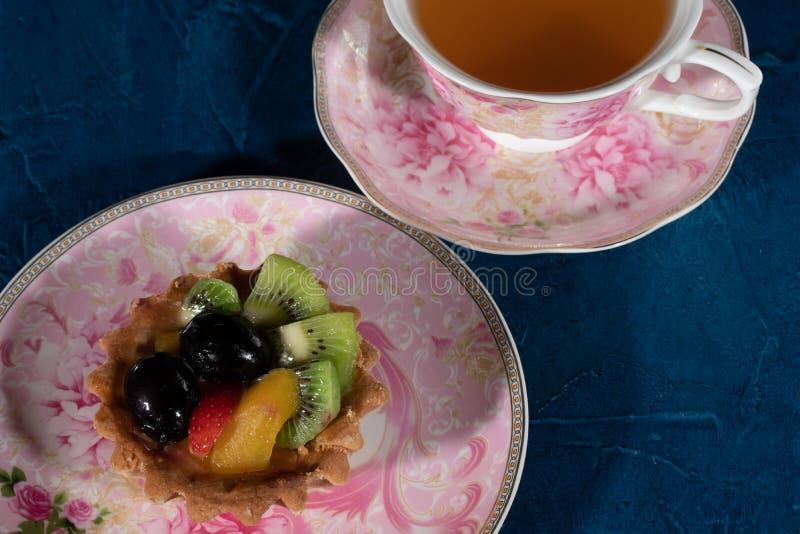 Tortowy Tartlet z owoc Truskawkowa winogrono kiwi brzoskwinia fotografia royalty free