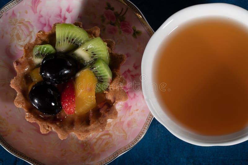 Tortowy Tartlet z owoc Truskawkowa winogrono kiwi brzoskwinia zdjęcia stock