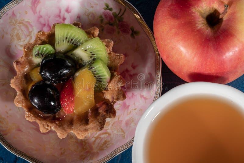 Tortowy Tartlet z owoc Truskawkowa winogrono kiwi brzoskwinia obrazy stock