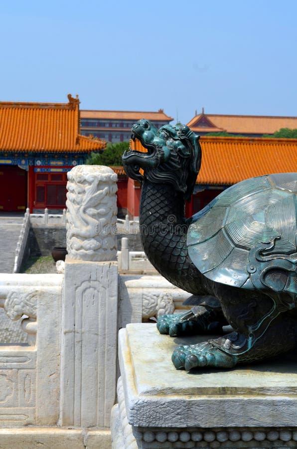 Tortuga de bronce en el palacio imperial que representa poder y larga vida, la ciudad Prohibida en Pekín foto de archivo