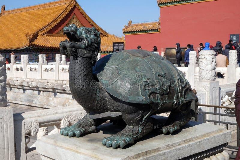 Tortuga de bronce en el palacio imperial que representa poder y larga vida, la ciudad Prohibida en Pekín imagen de archivo libre de regalías