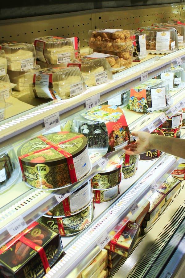 Torty na półkach supermarket zdjęcie stock