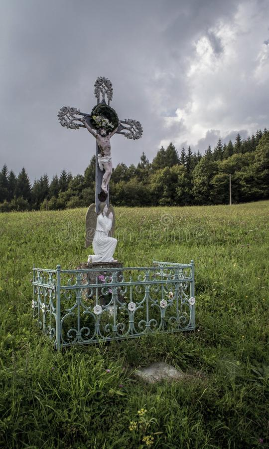 Tortyr för gud` s i en vit ladugård upptill av de vita Carpathiansna royaltyfri bild