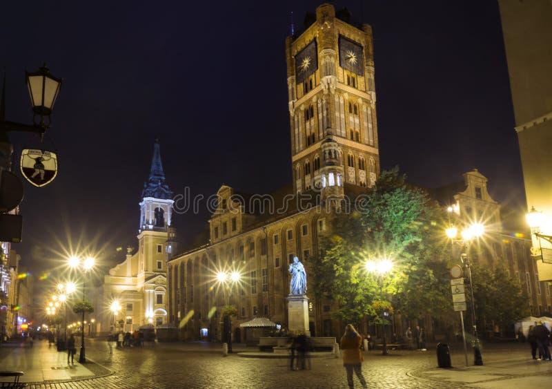 2017 10 20 Toruński Polska, nocy Toruńska miasto ulica widok, Stara grodzka linia horyzontu z urzędem miasta, jeden wielka sala w obrazy stock