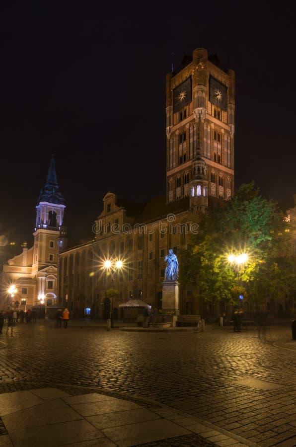 2017 10 20 Toruński Polska, nocy Toruńska miasto ulica widok, Stara grodzka linia horyzontu z urzędem miasta, jeden wielka sala w fotografia stock