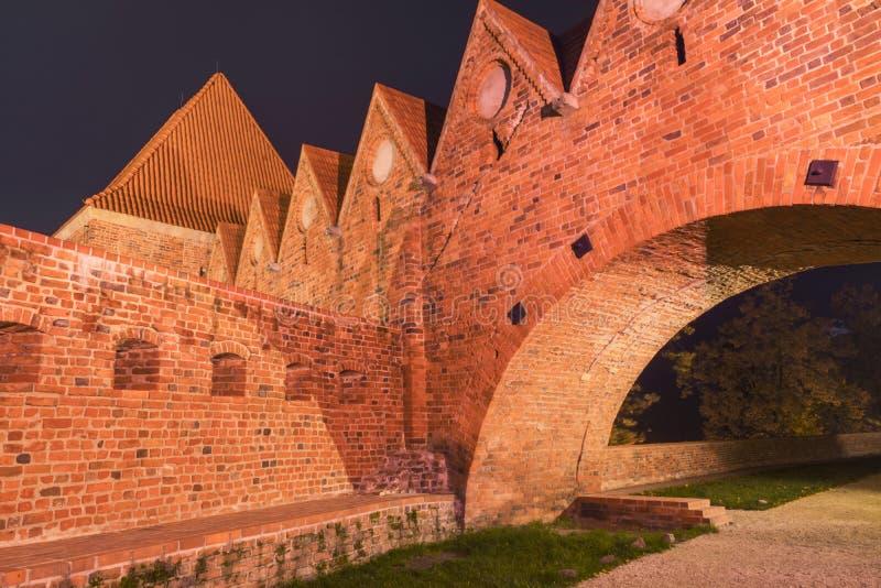 2017 10 20 Toruński Polska, Teutońskie rycerza kasztelu ruiny iluminować przy nocą, Dziejowa architektura Toruński przy nocą obraz stock