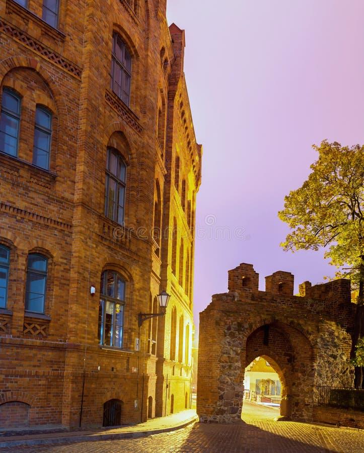 2017 10 20 Toruński Polska, Teutońskie rycerza kasztelu ruiny iluminować przy nocą, Dziejowa architektura Toruński przy nocą zdjęcia stock