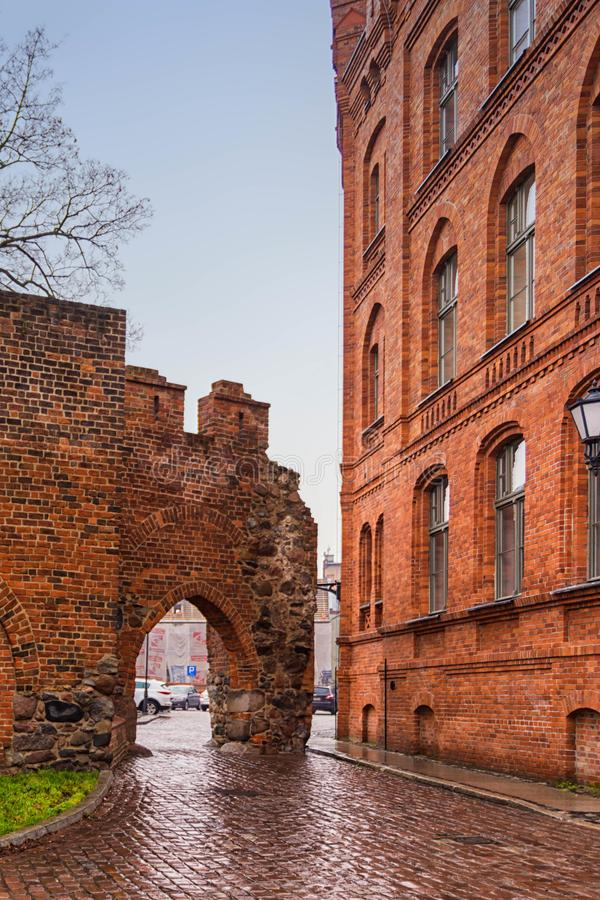 2017 10 20 Toruński Polska, Teutońskie rycerza kasztelu ruiny iluminować przy nocą, Dziejowa architektura Toruński zdjęcie stock