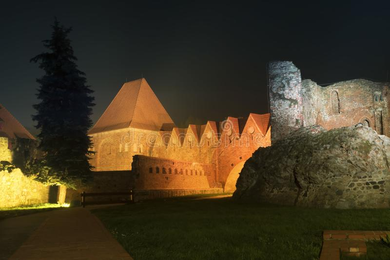 2017 10 20 Torun Poland, los caballeros teutónicos se escudan las ruinas iluminadas en la noche, arquitectura histórica de Torun  fotos de archivo libres de regalías