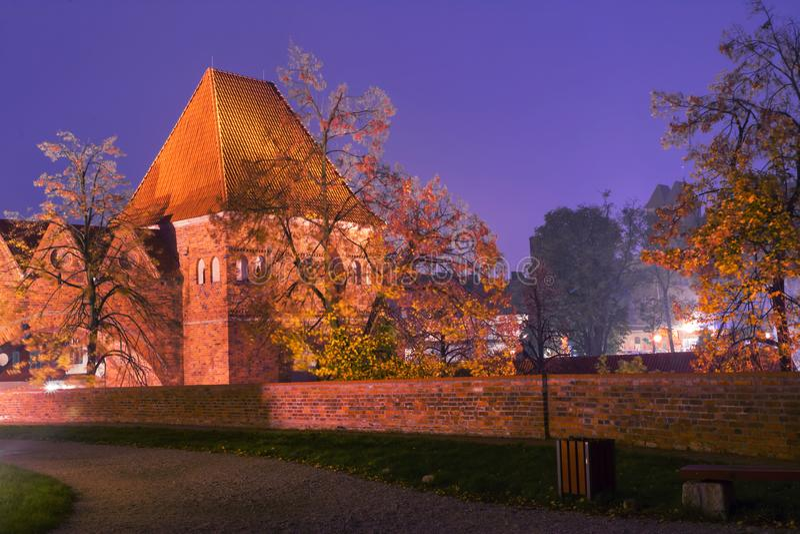 2017 10 20 Torun Poland, Teutonic ruïnes van het Ridderskasteel die bij nacht, Historische architectuur worden verlicht van Torun royalty-vrije stock foto's