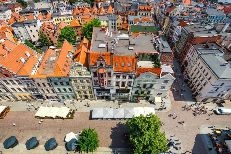 Torun Polen - Juni 01, 2018: Flyg- sikt av historiska byggnader och tak i den polska medeltida staden Torun, Polen Torun är pet royaltyfria bilder