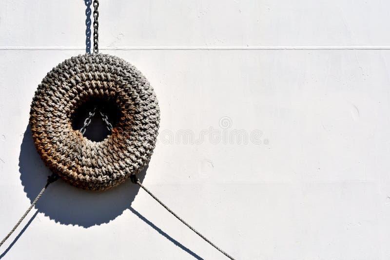 Torusschiffsfender des gesponnenen Seils lizenzfreie stockfotos