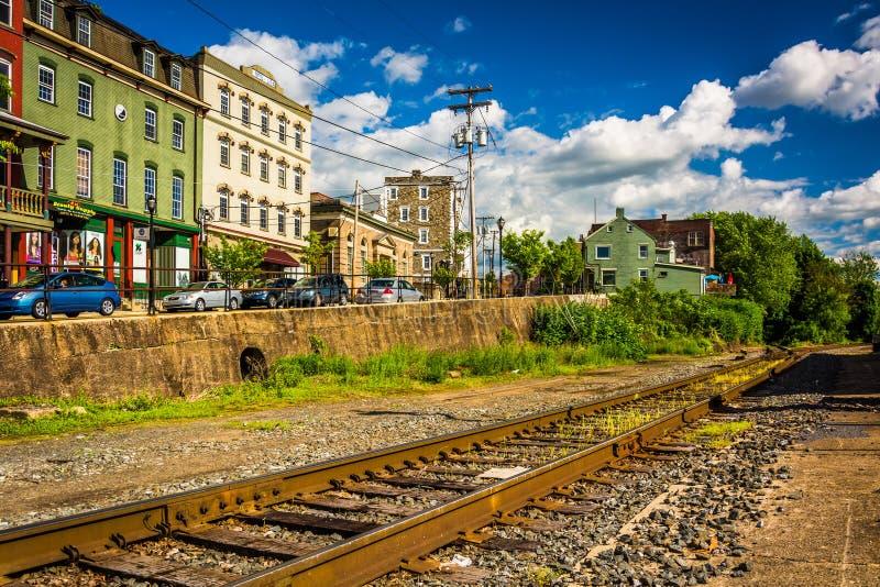 Tory szynowi i budynki na głównej ulicie w Phillipsburg, Ne zdjęcia stock