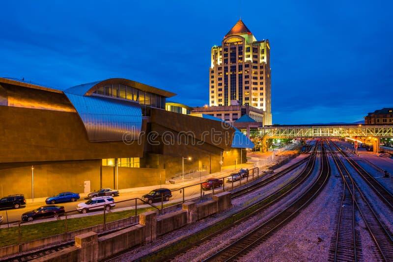Tory szynowi i budynki w śródmieściu przy nocą, w Roanoke, Virginia obrazy stock