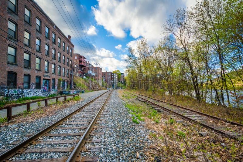 Tory szynowi i starzy budynki w Brattleboro, Vermont zdjęcia stock