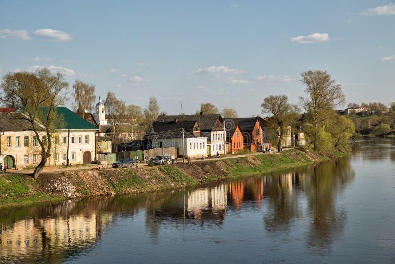 Torzhok Tvertsa flod fotografering för bildbyråer