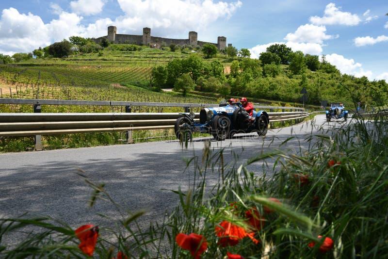Toscânia, Itália - em maio de 2019: os motoristas não identificados em BUGATTI DATILOGRAFAM 37 1927 imagens de stock