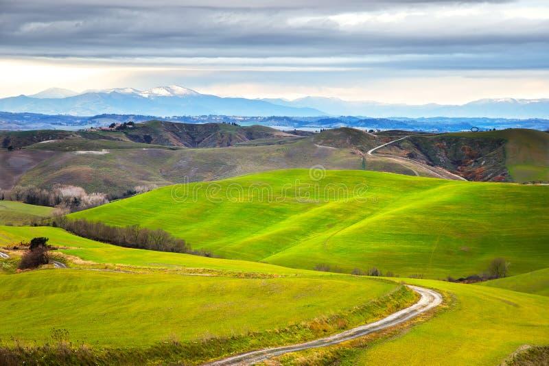 Toscânia, paisagem rural do inverno Exploração agrícola do campo, estrada branca imagem de stock royalty free
