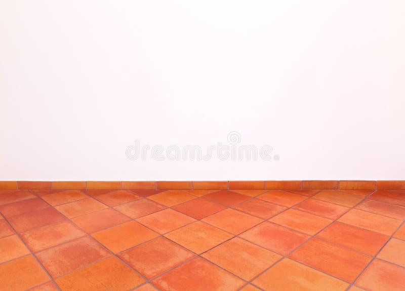 Toscaanse oude grungevloer rode tegels en muur stock afbeelding