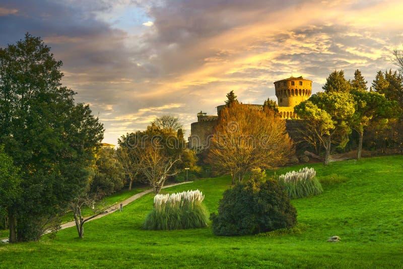 Toscana, ciudad de Volterra en el horizonte sur, parque y fortaleza medieval Italia imagenes de archivo