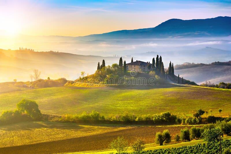 Toscana en la salida del sol fotografía de archivo libre de regalías