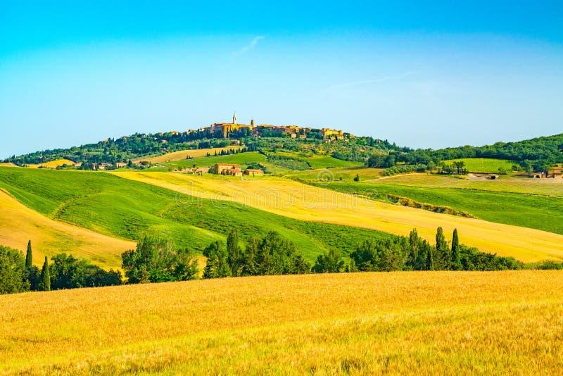 Toscana montañosa hermosa con la ciudad Pienza del top de la colina imágenes de archivo libres de regalías