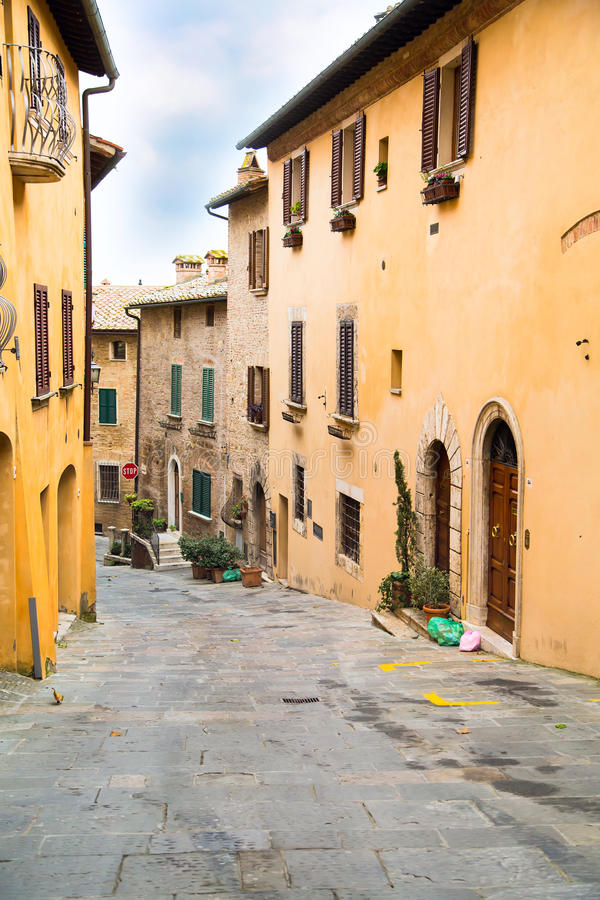 Toscana, opinión de la calle de la ciudad medieval Montepulciano fotos de archivo libres de regalías