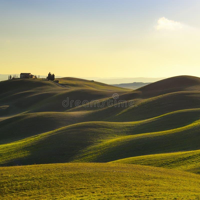 Toscana, paisaje rural de la puesta del sol. Rolling Hills, granja del campo, árboles. imagen de archivo