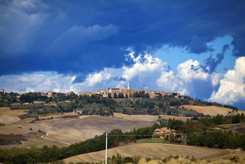 Toscana - panorama, colinas y prado del paisaje imagen de archivo libre de regalías