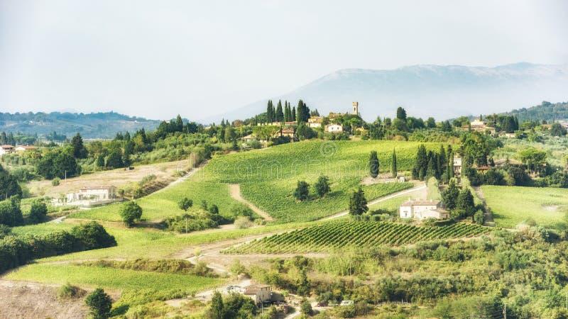 Toscana - viñedos, colinas, pueblos imagen de archivo