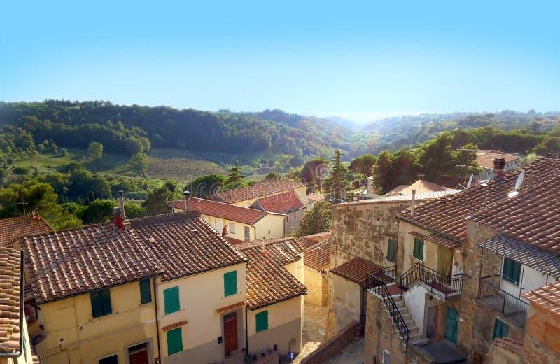 Toscanië - dorp op een heuvel royalty-vrije stock afbeeldingen