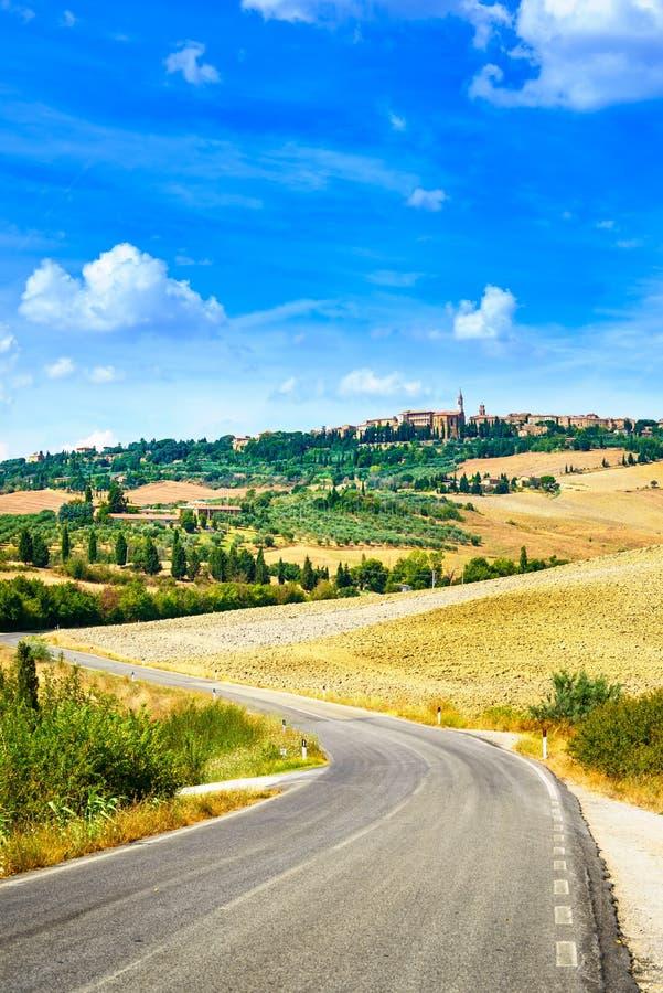 Toscanië, weg aan het middeleeuwse dorp van Pienza. Siena, Val D Orcia, Italië stock fotografie