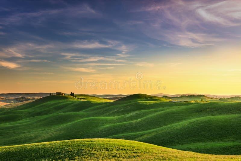 Toscanië, zonsondergang landelijk landschap Rolling heuvels, plattelandslandbouwbedrijf stock afbeeldingen