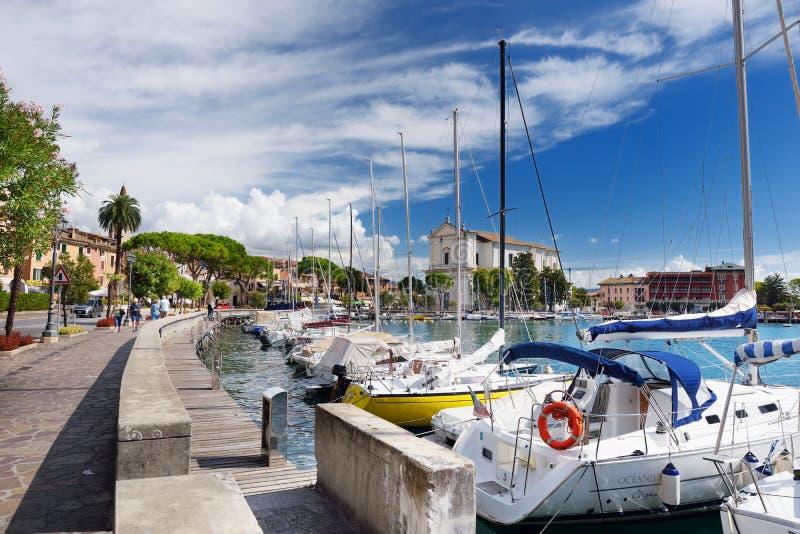 TOSCOLANO-MADERNO, ITÁLIA - 18 DE SETEMBRO DE 2016: Ideias bonitas de Toscolano-Maderno, de uma cidade e do comune na costa oeste fotografia de stock