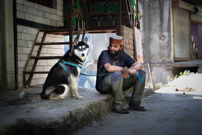 Tosh/India-21 10 2018: Den indiska mannen och hans hund royaltyfria foton