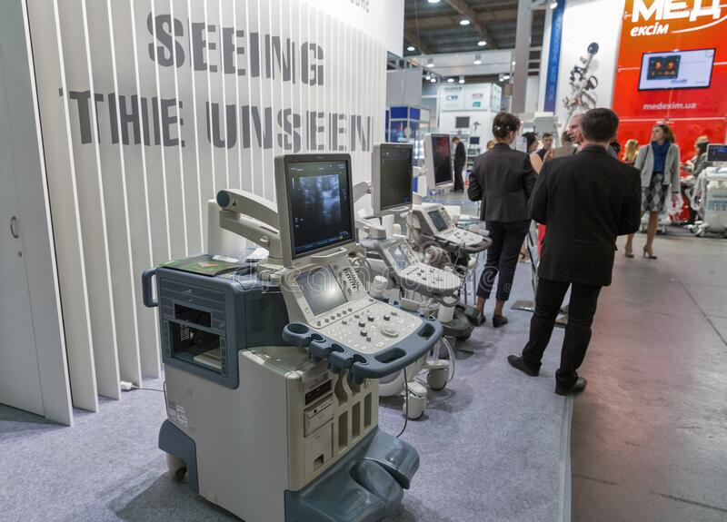 Toshiba bås vid International Medical Forum i Kiev, Ukraina royaltyfri bild